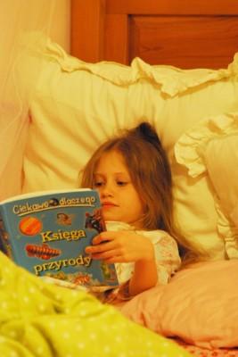Wiktoria czyta w łóżku - po polsku