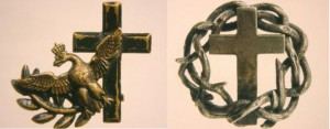 Broszka w kształcie orła i krzyż z koronami cierniowymi - ze zbiorów Muzeum Wojska Polskiego