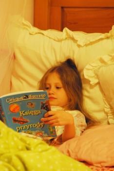 Eliza Wiktoria czyta
