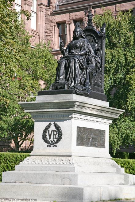 Pomnik królowej Wiktorii przed parlamentem Ontario w Toronto